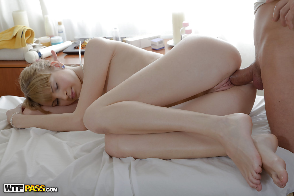 Массажист дрючит худую телочку с челкой и кончает на сисечки секс фото и порно фото