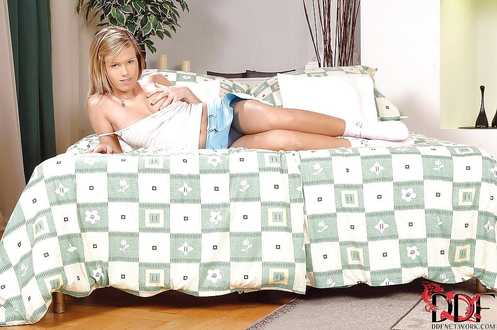 Блондинка в розовых трусиках трогает себя на кровати секс фото и порно фото
