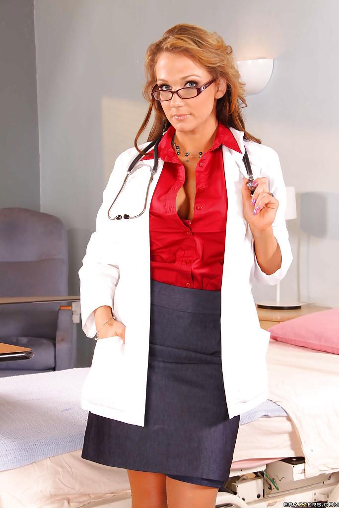 Рыжая докторша в очках достала большие сиськи из розового лифчика секс фото и порно фото
