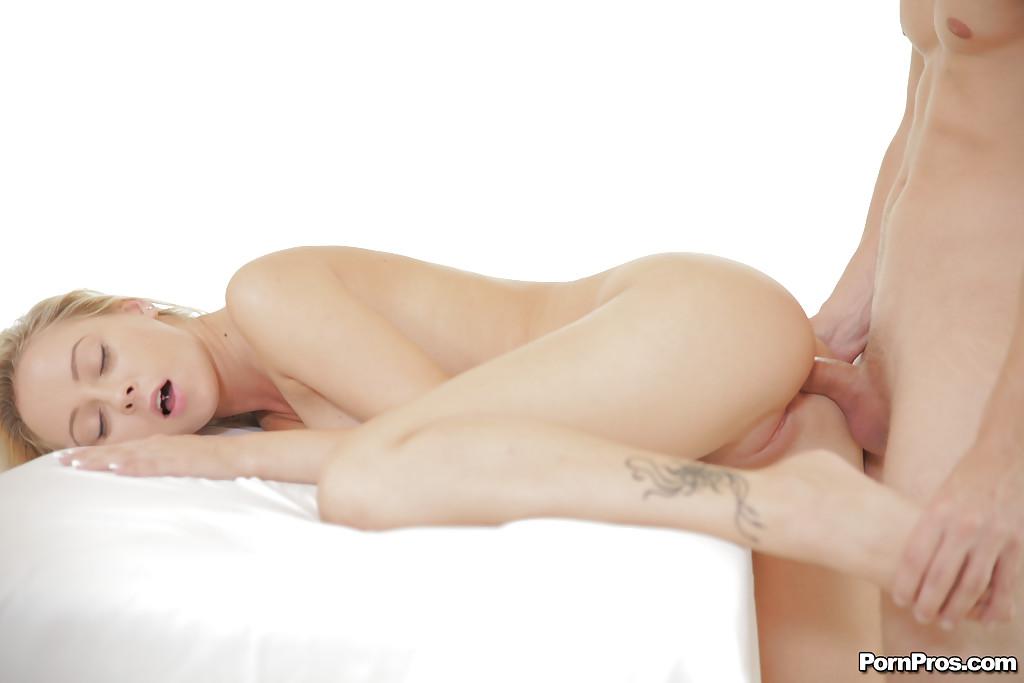 Мужик красиво трахает молодую блондинку во все дыры секс фото и порно фото