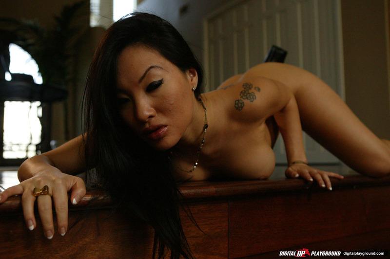 Азиатка в коротких шортиках показала стриптиз в гостиной секс фото и порно фото