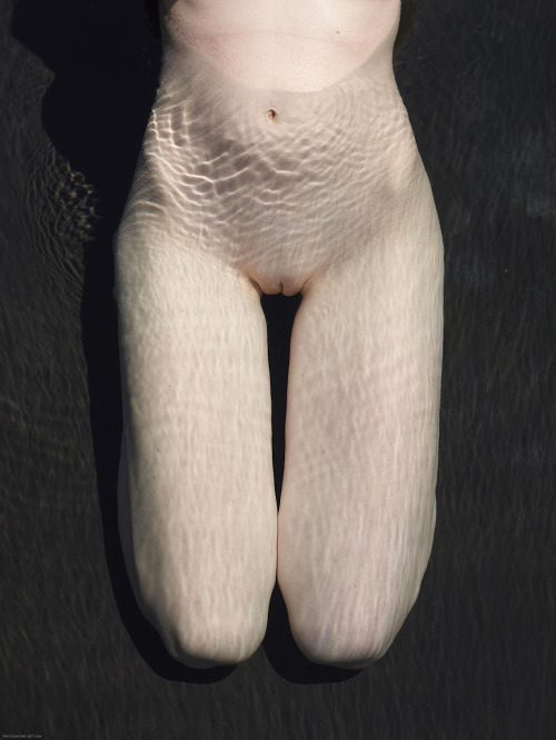 Голые киски девушек в бассейне под водой секс фото и порно фото