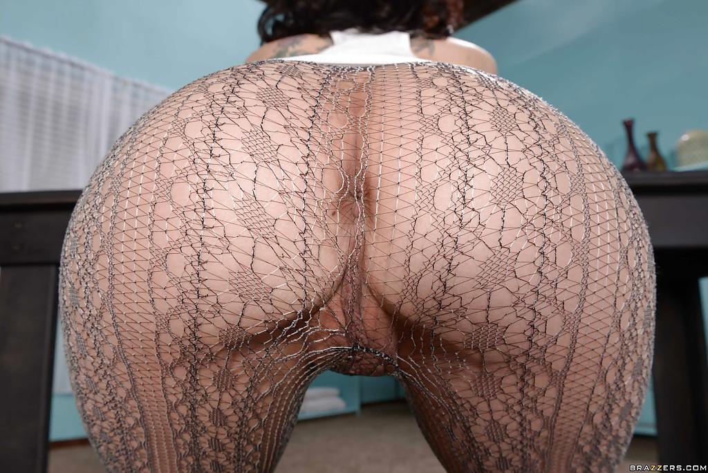 Кэти Сент-Айвз в сетчатых колготках демонстрирует свои прелести на столе секс фото и порно фото