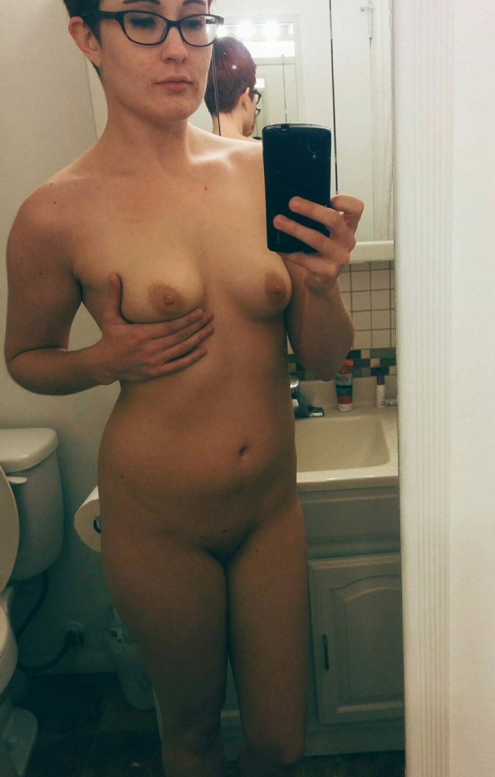 Рыжеволосая тёлка в очках демонстрирует тело дома секс фото и порно фото