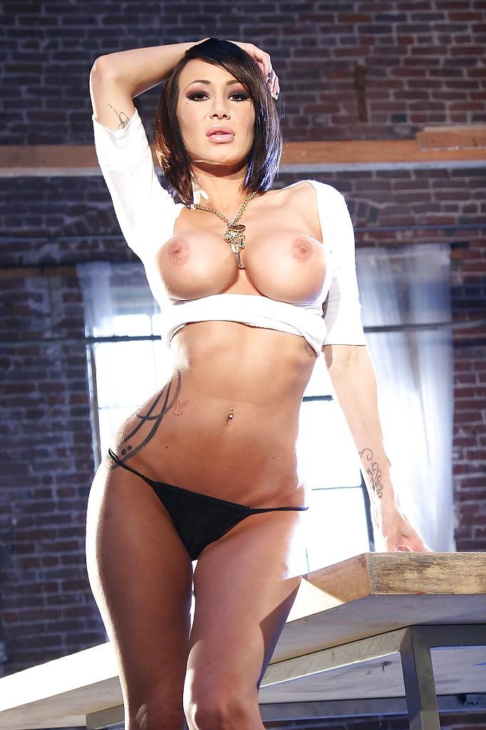 Грудастая брюнетка на высоких каблуках демонстрирует тело на деревянном столе секс фото и порно фото