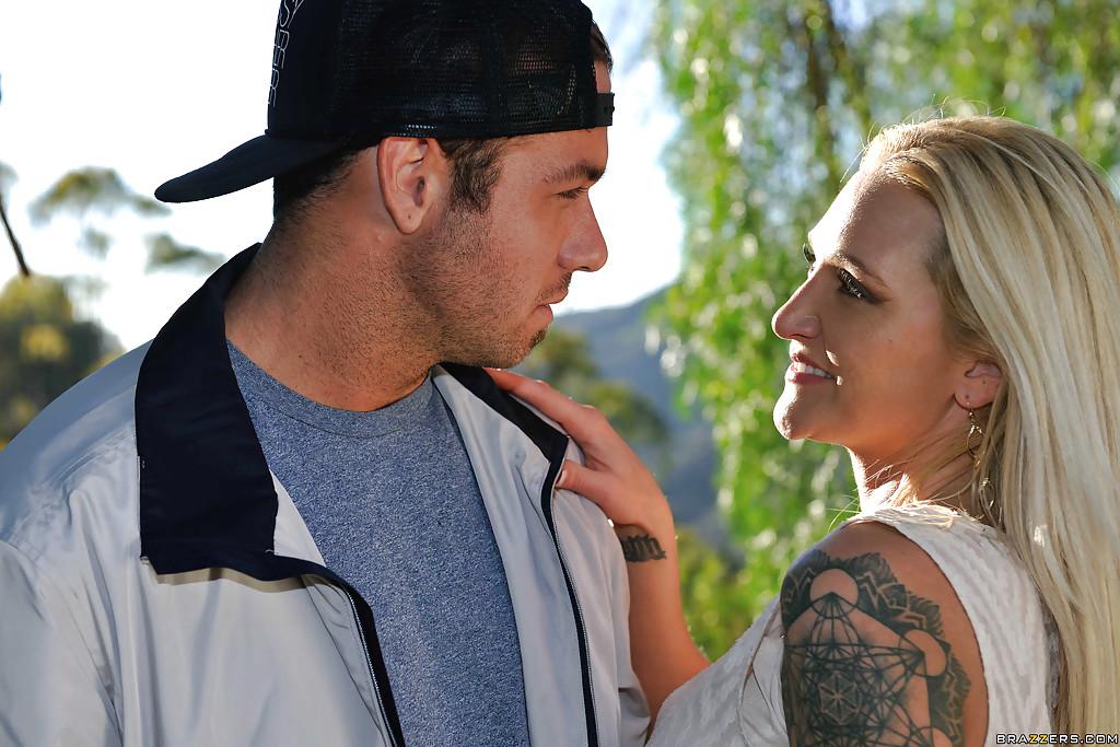 Парень выебал татуированную блондинку в лесу секс фото и порно фото