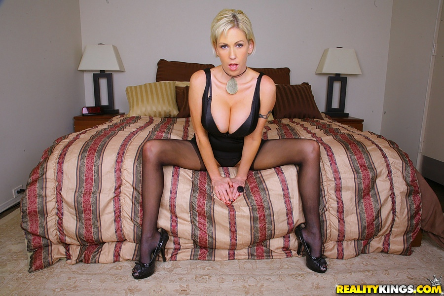 Короткостриженная блондинка Kasey Grant с большой грудью раздевается в спальне секс фото и порно фото