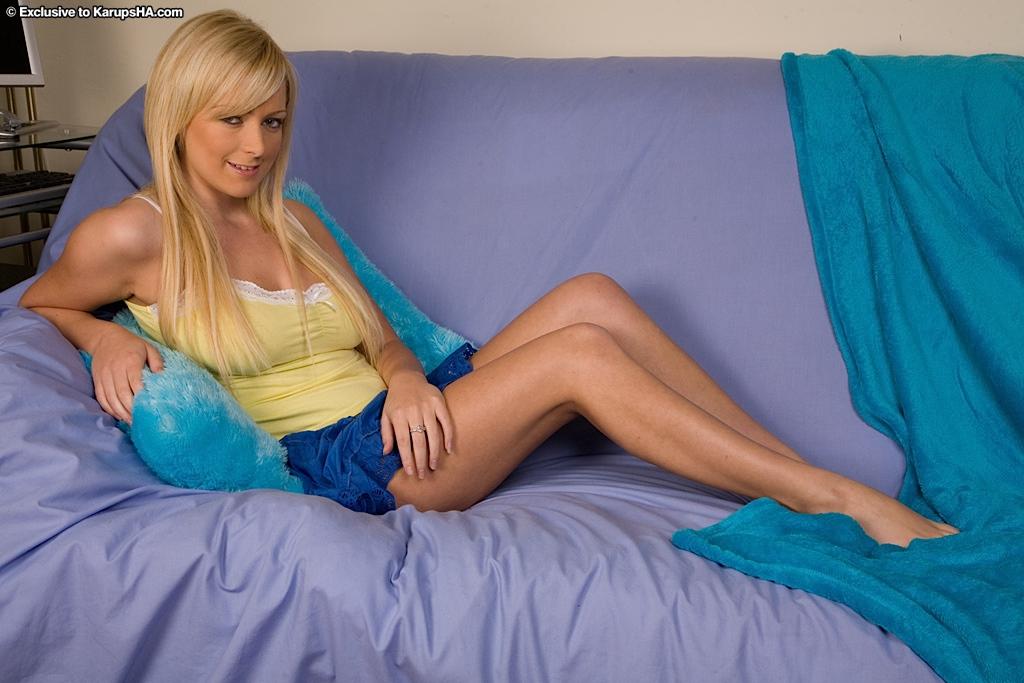 Блондинка с падающими на пышные дойки волосами раскрыла киску секс фото и порно фото