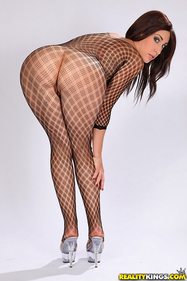 Элоа Ломбард в просвечивающем боди хвастается огромными титьками без силикона секс фото и порно фото