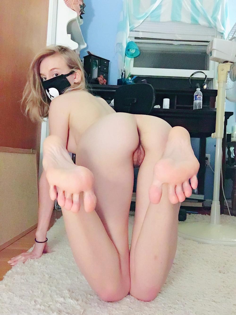 Блондинка в маске ищет парня для футфетиша и траха в мохнатку секс фото и порно фото
