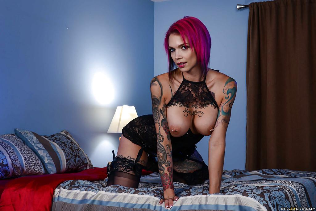 Неформалка на высоких каблуках раздевается на большой кровати секс фото и порно фото