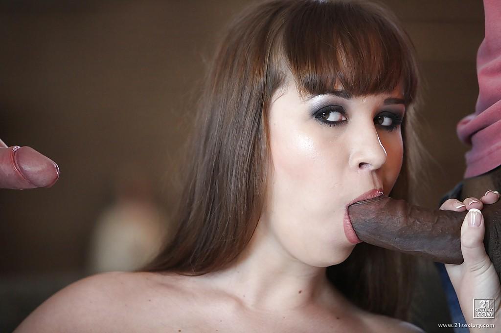 Негр с белым другом пустили по кругу дыры телки в клетчатой юбке секс фото и порно фото
