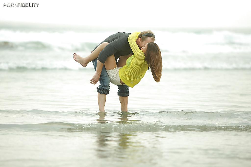 Ловелас порет губастую Бруклин Чейз после прогулки у моря секс фото и порно фото