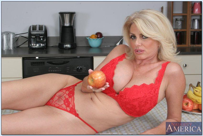 Зрелка Penny Porsche показала раскрытую вагину у тарелки фруктов секс фото и порно фото
