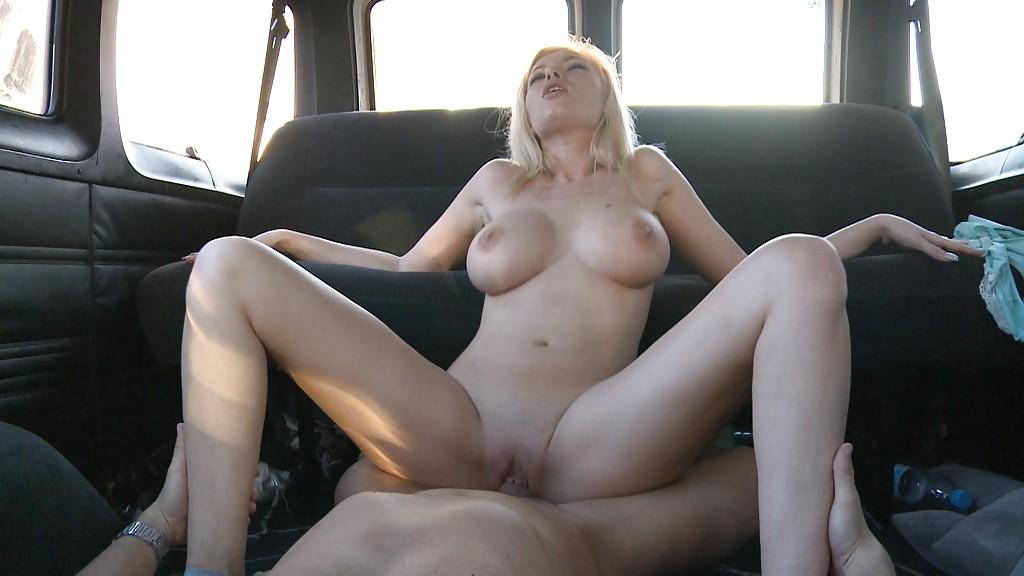 Блонда Donna Bell подставляет рот и писю под член бородатого водителя секс фото и порно фото