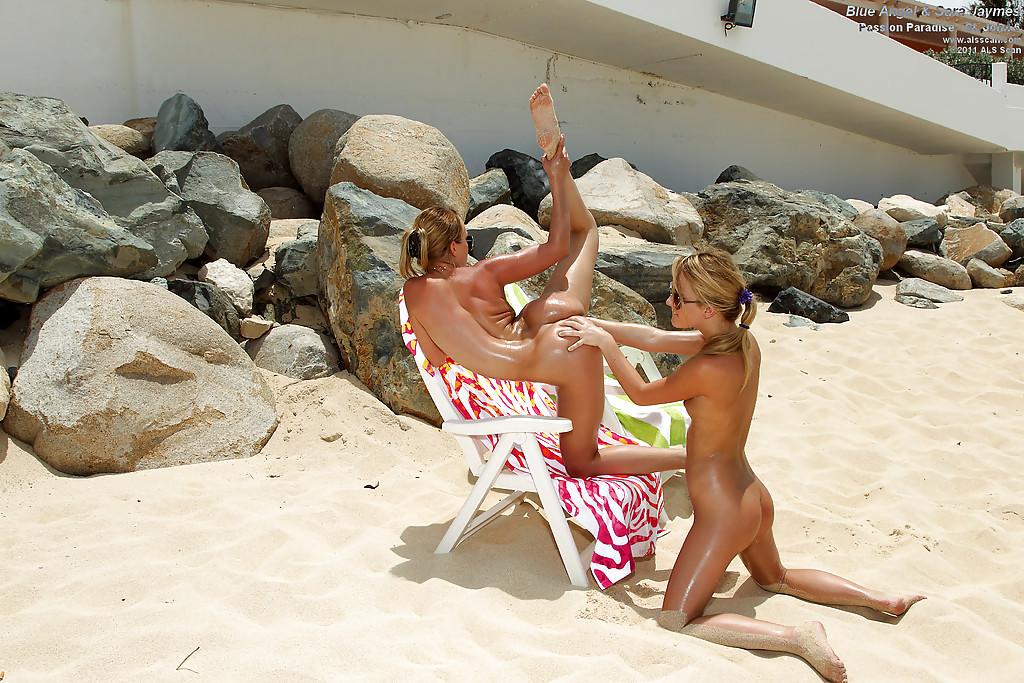 Лесбиянки обливаются маслом у камней на пляже и делают фистинг секс фото и порно фото