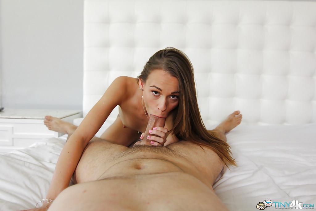 Худенькая минетчица заглатывает толстый член хахаля секс фото и порно фото