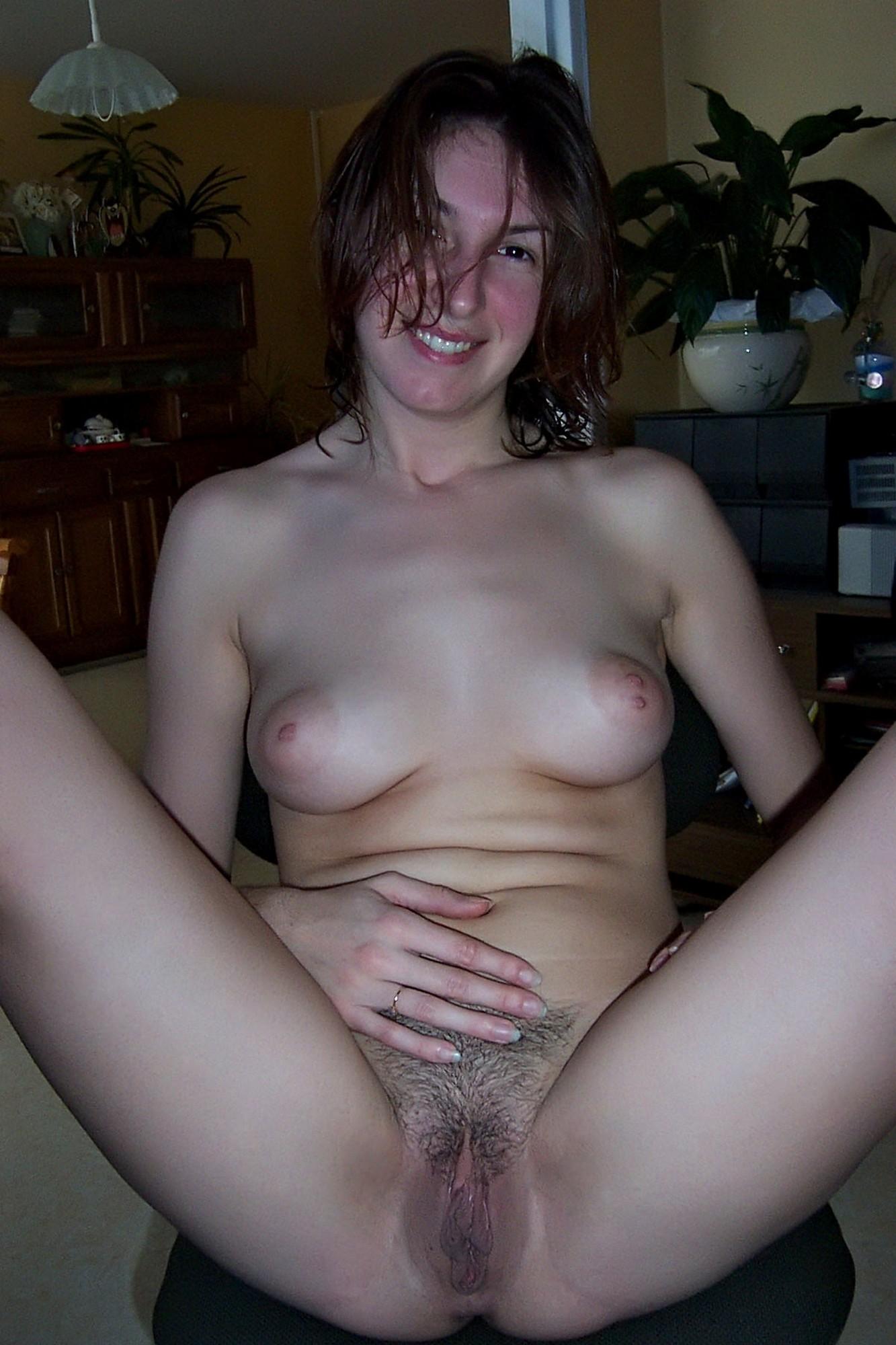 Жена в золотом браслете раздвигает ноги и показывает вагину секс фото и порно фото
