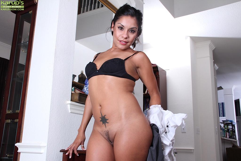 30летняя латинка раздевается и раскрывает пилотку у двух сундуков секс фото и порно фото