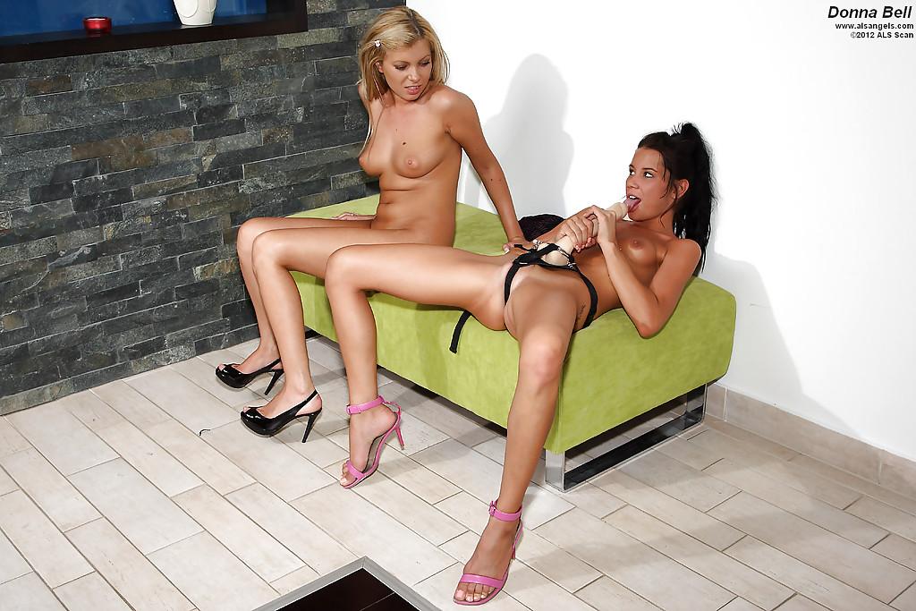 Брюнетка в розовых туфлях насаживает анус блондинки на страпон секс фото и порно фото