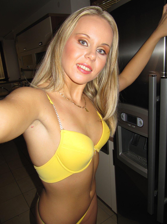 Пошлая милаха сделала селфи своей гладенькой писечки секс фото и порно фото