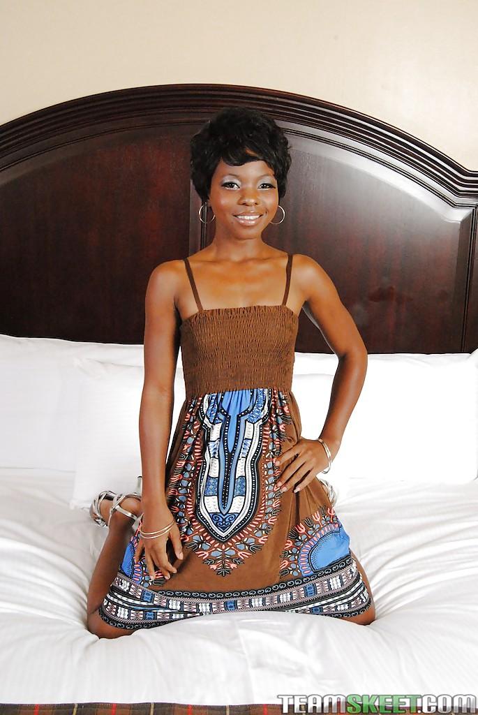 Африканка с короткой стрижкой сняла трусики на кастинге секс фото и порно фото