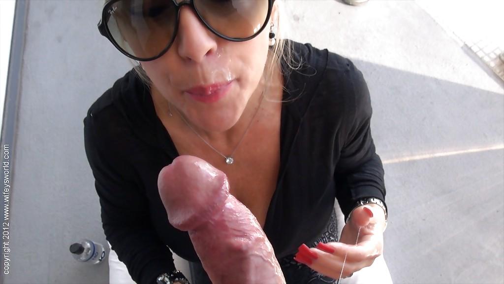 Парень кончил в рот милфе во очках после минета на улице секс фото и порно фото
