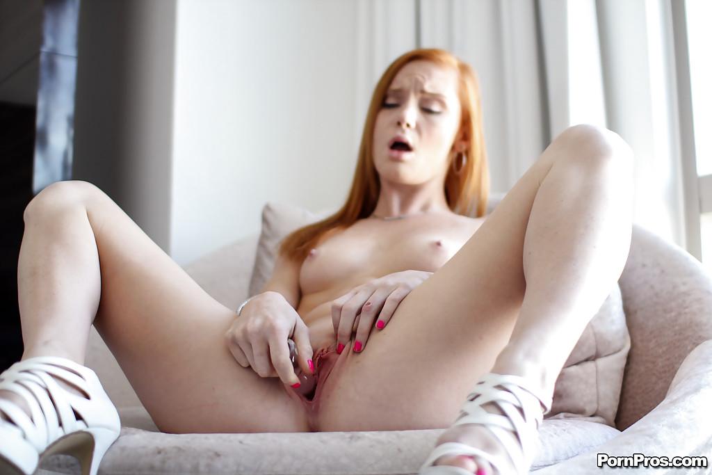 Рыженькая онанистка 18ти лет засунула самотык в розовую письку секс фото и порно фото