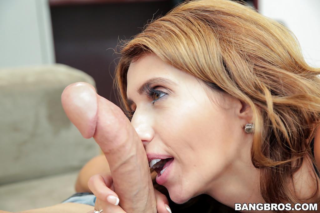 Женщина средних лет отсасывает фаллос с большой головкой секс фото и порно фото