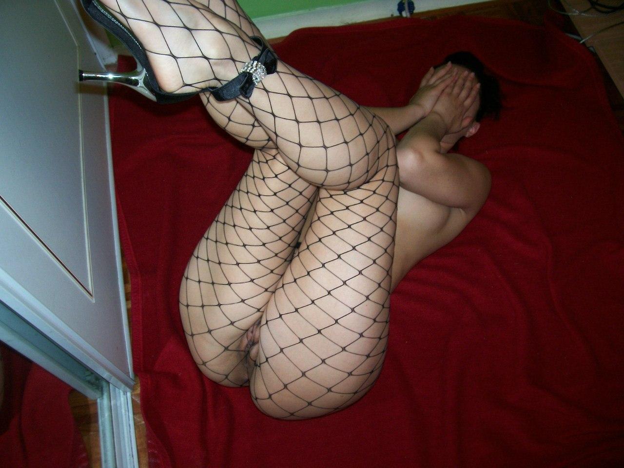 Темноволосая телочка в белых чулках виляет сочной попкой перед хахалем секс фото и порно фото