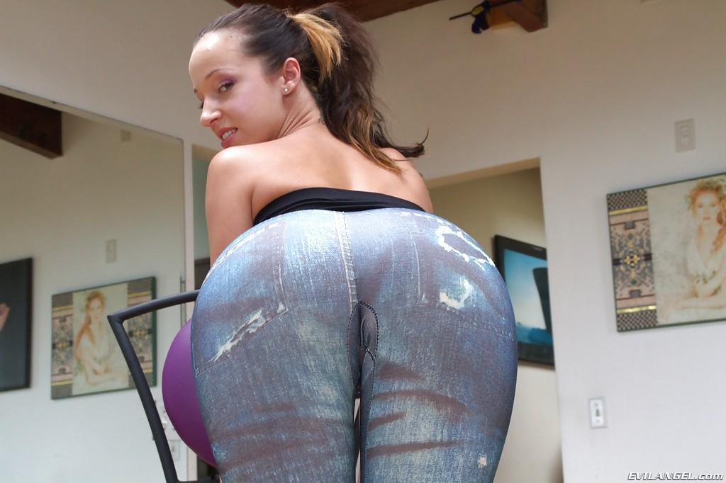 Jada Stevens показывает упругую попку крупным планом секс фото и порно фото
