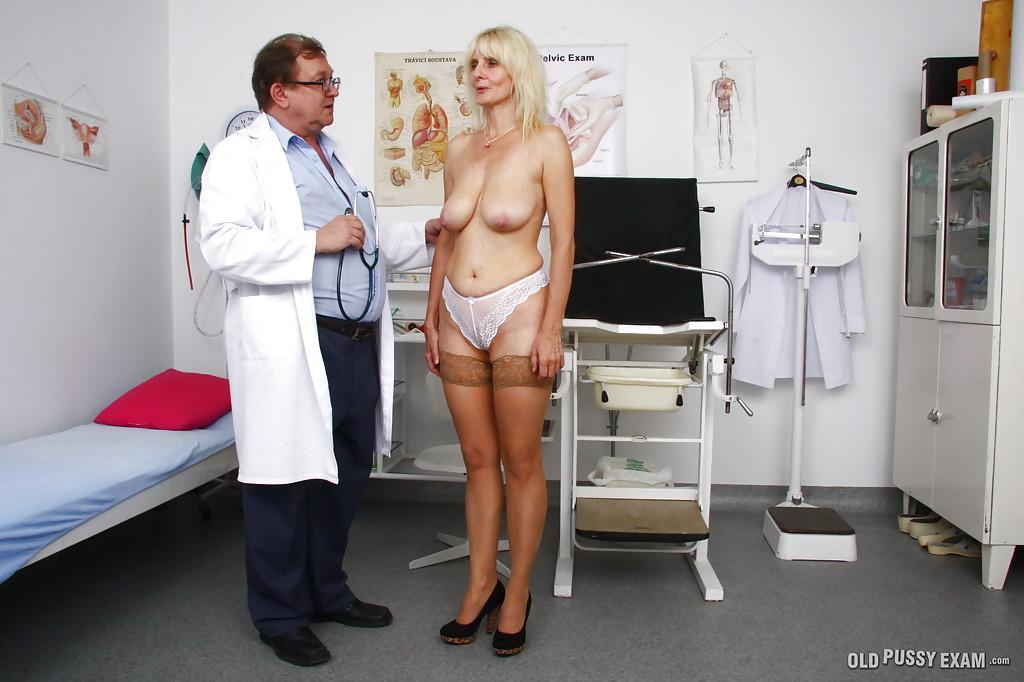 Гинеколог подрочил дилдаком влажную пизду старухи секс фото и порно фото