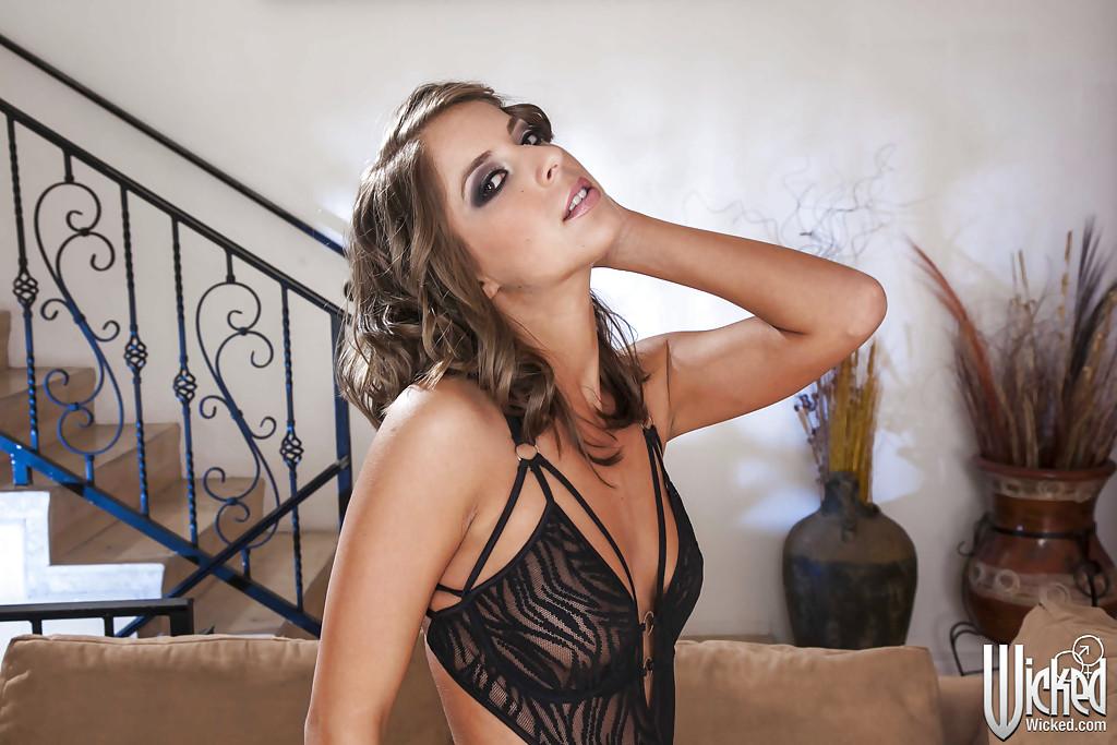 Загорелая девка с сиськами 1 размера разделась на диване секс фото и порно фото