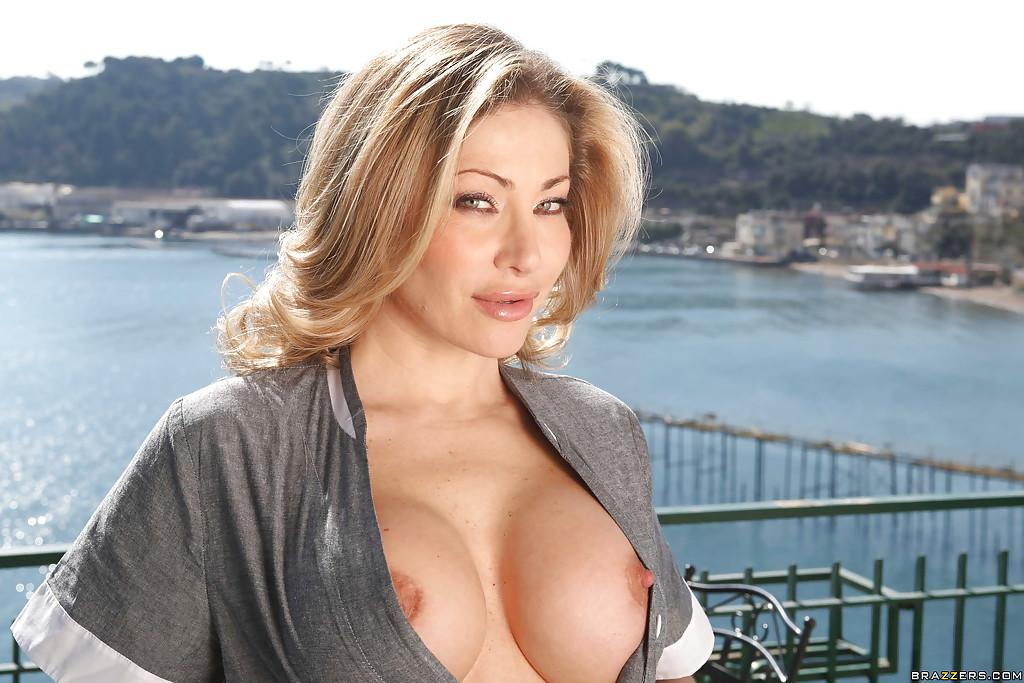 Зрелая горничная раздевается и дрочит в хозяйском доме секс фото и порно фото