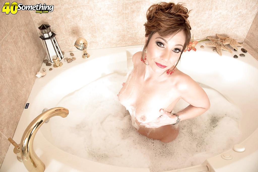 40летняя баба дрочит в ванной пизду и анал секс игрушками секс фото и порно фото