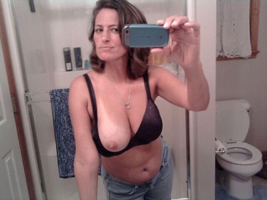 Знойные мамочки в самом соку хвастают крупными титьками секс фото и порно фото