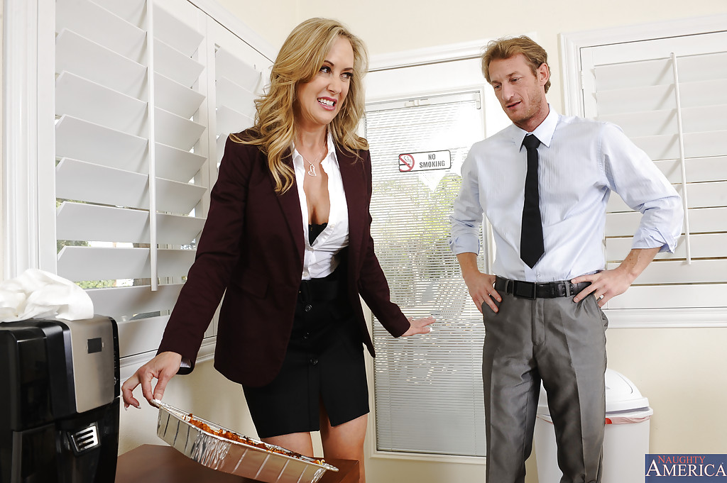 Быстрый пепепихон в офисе менеджера и зрелой начальницы секс фото и порно фото