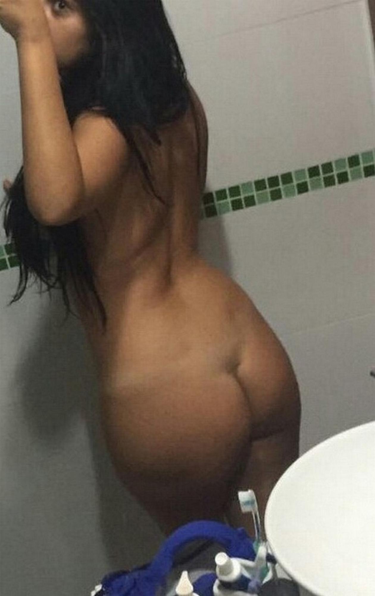 Темноволосая латинка обнажила пышное тело со следами от загара секс фото и порно фото