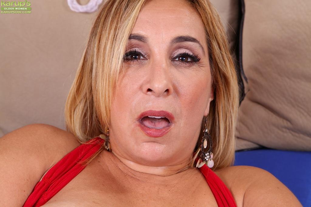 Зрелая женщина в теле раздвинула половые губки в постели секс фото и порно фото