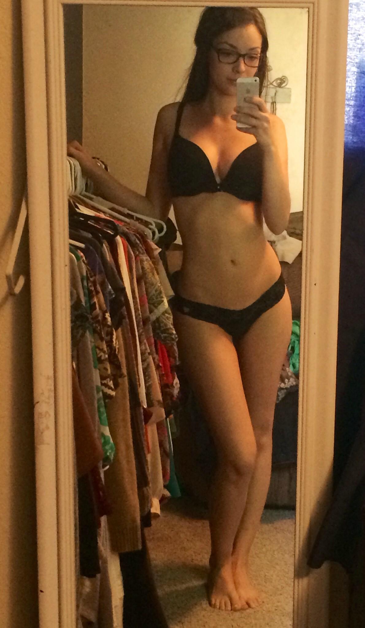 Частные селфи у зеркала девушек старше 18 лет секс фото и порно фото