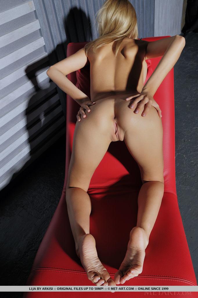 Молодая гимнастка раздевается на красном кресле секс фото и порно фото