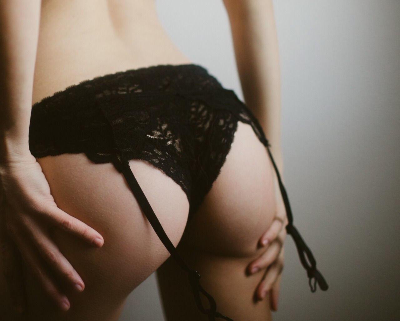 Молодые телочки хвастают сочными попками в трусиках секс фото и порно фото