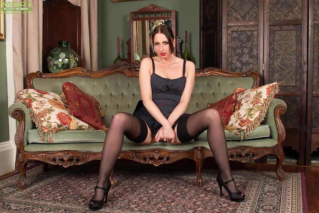 Богатая мама Tracey Lain с длинными ногами снимает красное белье секс фото и порно фото