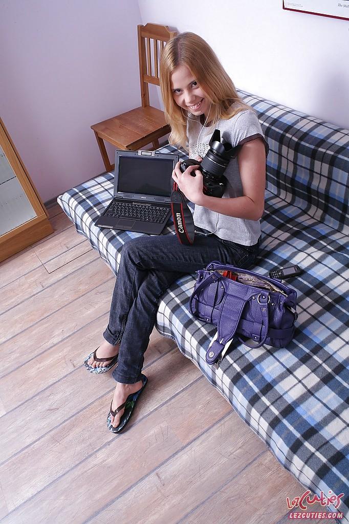Тёлки позируют на камеру в домашних условиях секс фото и порно фото