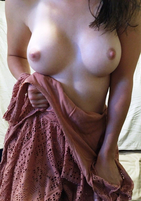 Девушка показывает свои сиськи и голую попку дома секс фото и порно фото