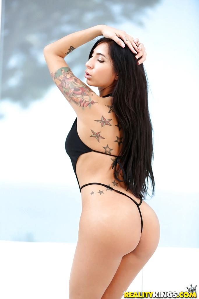 Татуированная латинка показывает свои прелести перед камерой секс фото и порно фото