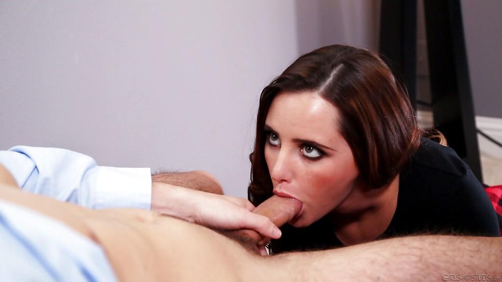 Начальник трахнул секретаршу в красной юбке и кончил ей на рот секс фото и порно фото