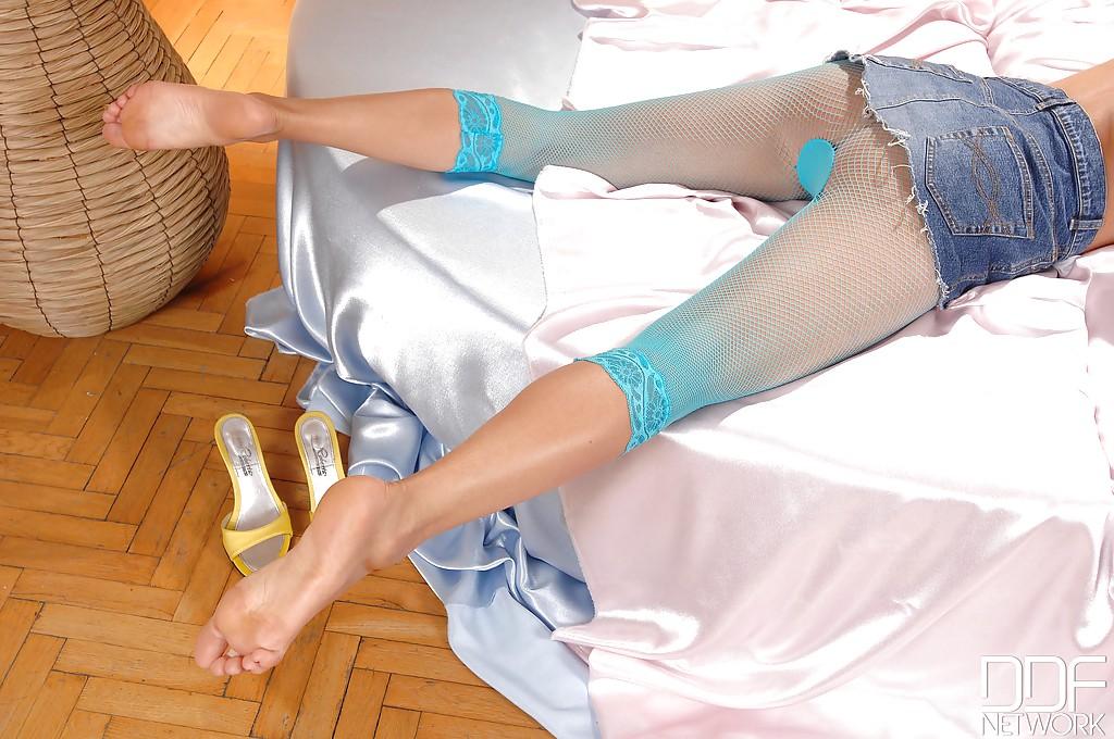 Кэнди Алекса в бирюзовых колготках раскрывает письку секс фото и порно фото