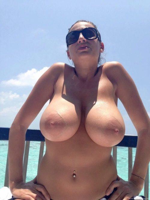 Дамы хвалятся в сети голыми титьками дома и на природе секс фото и порно фото
