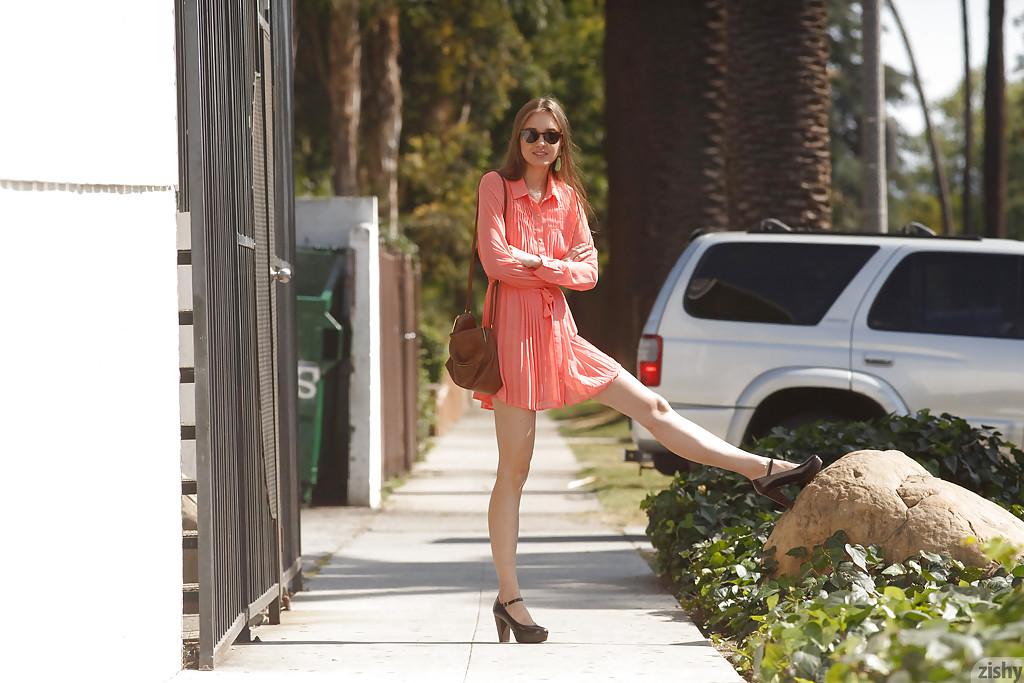 Молодая девушка в розовом платье показывает свои стройные ножки секс фото и порно фото